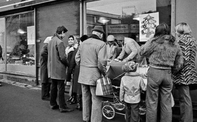 אנשים מחכים בתור לקנות פירות בזמן הקומוניזם